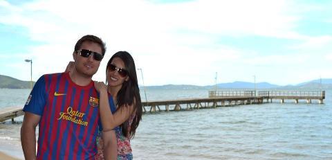 2-Esta imagem de romantismo as margens do Atlântico dos namorados, Ricardo Martello e Letycia Varela, da até saudades do verão.