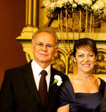 2-O Cardiologista Paulo Waltrick e sua elegante esposa Maria de Fátima, felizes na ocasião do casamento do filho Roberto
