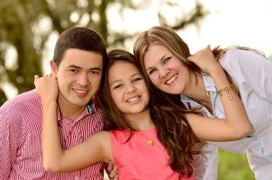 5-Família feliz: Os empresários, Nilceu Mendes e Adriana Zanella com a linda filha Lara!