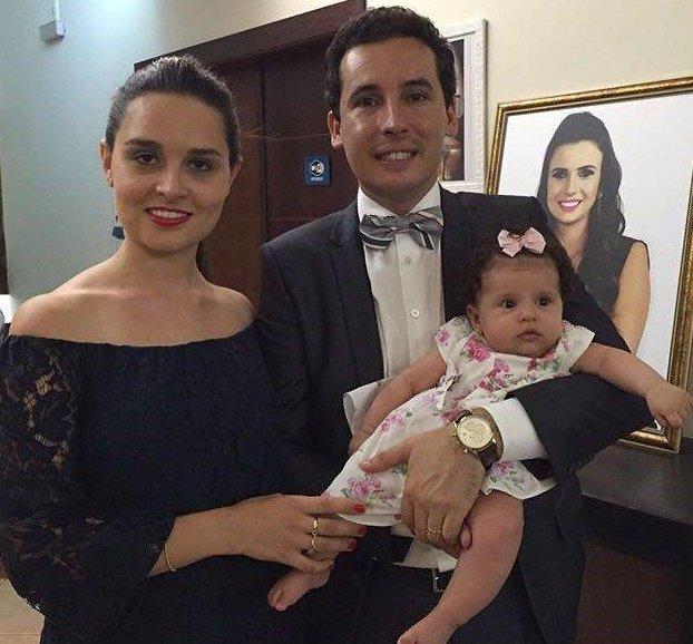 Maria Antônia com a mamãe Valesca e o papai Lincoln, prestigiando a formatura em Direito da titia Bruna Camargo de Almeida