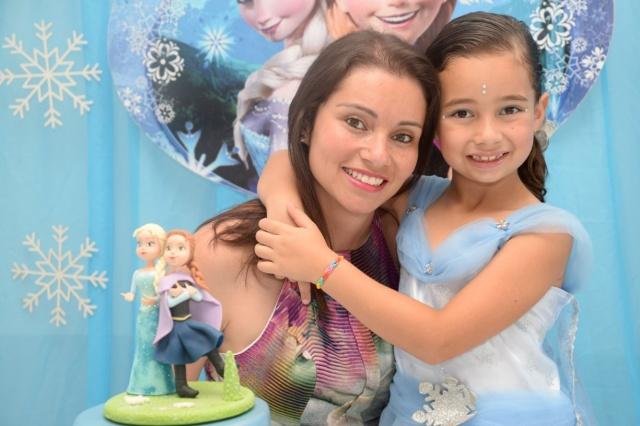 A linda mamãe Ana Roberta Albuquerque Lima com sua filhota Ana Luiza comemorando os 7 aninhos da princesa Foto Caroline Parizotto