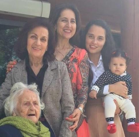 A primeira Páscoa da pequena Antônia, ao lado das mulheres fortes da família Letti: Zilda, Cândida, Zilda Elisa e Valesca. Cinco gerações!