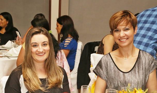 As sempre sorridentes Elise Branco de Liz e Candice Abella durante elegante evento social que movimentou o Serrano Tênis Clube Foto Zé Rabelo