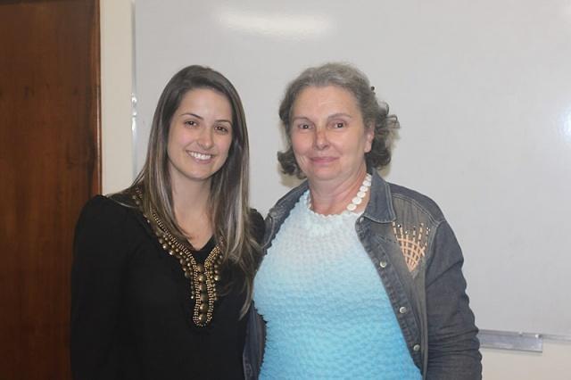 A esteticista Ana Carolina Corso com Eloilse Oliveira do Projeto Alô Elo durante o primeiro encontro do projeto Sobrancelhas do Amor Foto Cris Menegon