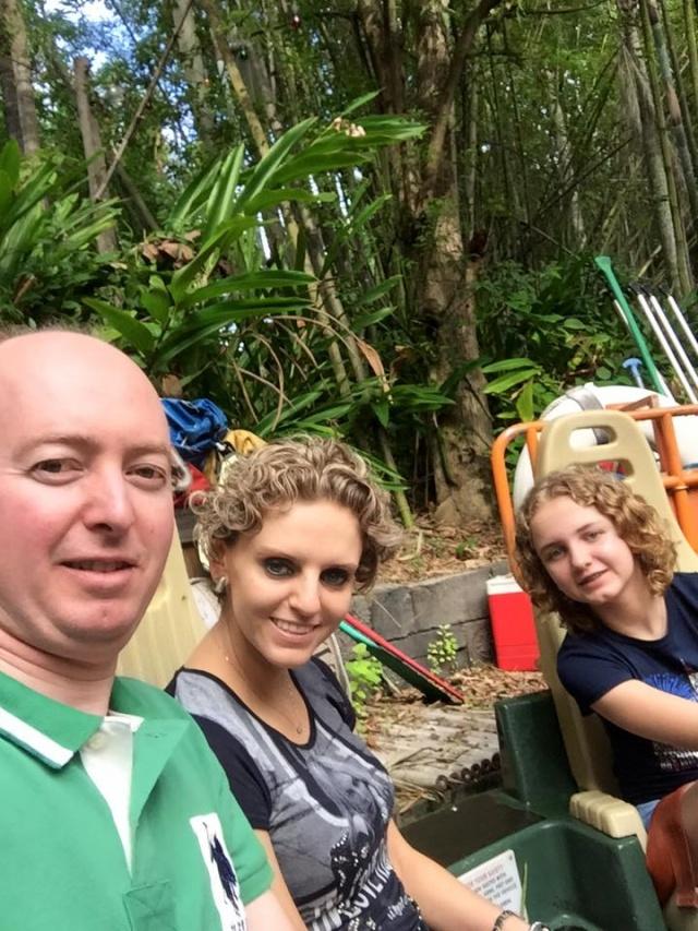 9-1º de maio é dia de soprar velinhas com a médica pediatra Maria Cristina Meyer Martins que neste lindo selfie está com a filha Júlia e o marido, o cirurgião pediátrico Pablo Rodrigo Knihs. Parabéns!