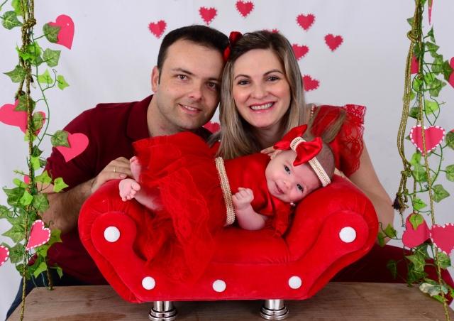 Destaque para  a médica Inês Gullich, e seu esposo Charles Alexandre, com a princesinha  Chaíne Foto Caroline Parizotto