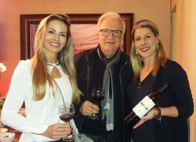 Raquel e Beto Ody com a empresária Carolina Rojas Ferraz da vinícola Monte Agudo