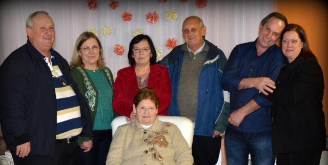 Edith Cecília Rieth comemorou seus 90 anos. Aqui a aniversariante com os filhos Renato, Reni, Marlise, Pedro, Rogério e Denise Foto Carlos Wolff