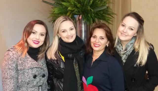 Cláudia Pavão toda feliz com sua três lindas Anas