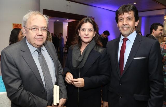 A Deputada Carmen Zanotto com o Deputado Fernando Agustini e o Vice-prefeito de Lages Toni Duarte, prestigiando jantar de lançamento da Azul em nossa região Foto Zé Rabelo