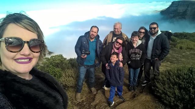 Selfie lindo da fotógrafa Caroline Parizotto com sua família curtindo o friozinho e as belezas da paisagem serrana