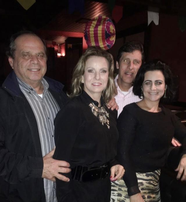 Rosângela e Pedro Garib com Josy e Bino Neves em evento junino na boate do Serrano Tênis Clube