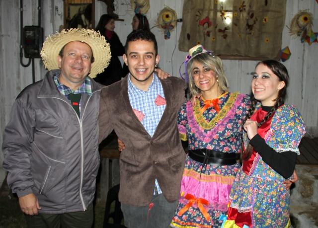 O jornalista Onéris Lopes era só sorrisos ao lado da família durante o Arraiá dos Lopes!