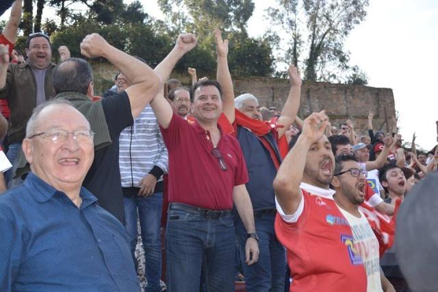 Prefeito Elizeu Mattos comemorando a vitória do Inter de Lages sobre o Caxias, no estádio Centenário  Foto Fábio Ramos