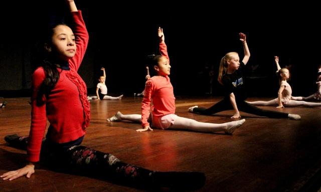 Há seis meses as bailarinas da Escola de Artes da FCL preparam-se para participar com quatro coreografias no Festival de Dança de Joinville Foto Nilton Wolff
