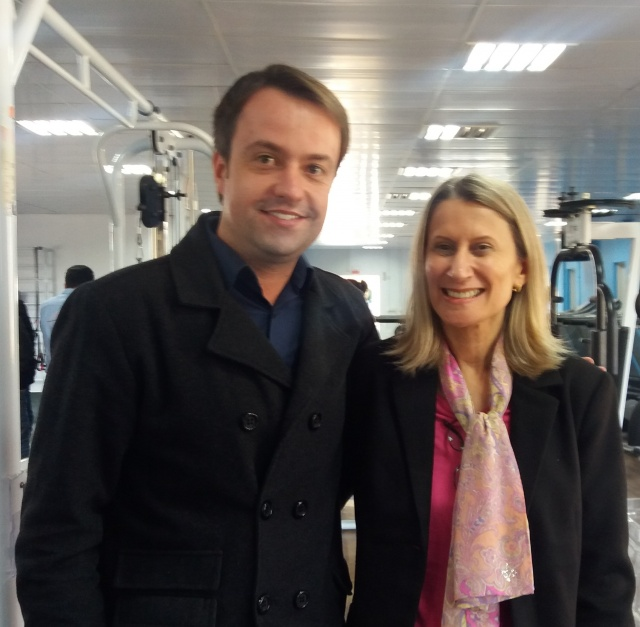 O secretário de Desenvolvimento Econômico, Trabalho e Renda de Lages, Juliano Chiodelli com a jornalista Estela Benetti, durante encontro da imprensa com empresários