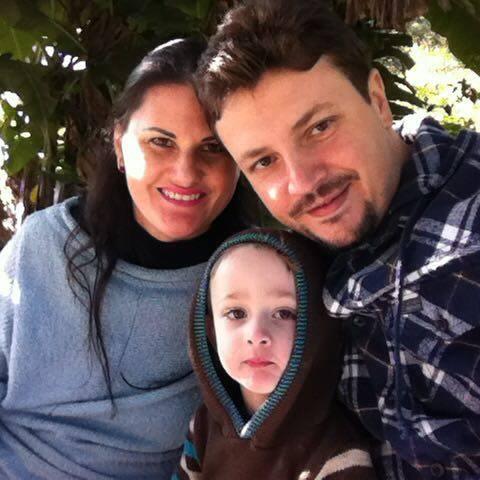 Dia de soprar velinhas com Débora Martello Masiero que no click está com seus dois amores: Fabrício e Lucca