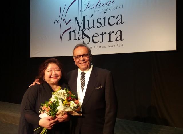 Os professores de canto Regina Kinjo e Francisco Campos Neto foram homenageados por alguns alunos no encerramento do Festival Música na Serra
