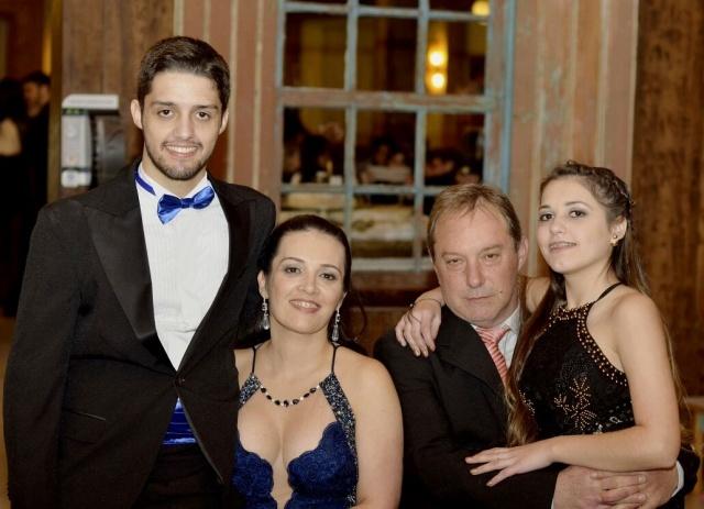 O mais novo engenheiro ambiental João Pedro Paim Bueno Rech com sua orgulhosa família Foto Sandra Rosa