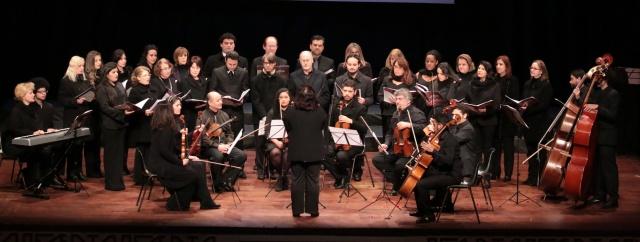 Registro da apresentação da orquestra e coro Música na Serra, regido pela professora Regina Kinjo, encerrando em grande estilo a última noite do evento  Foto Zé Rabelo