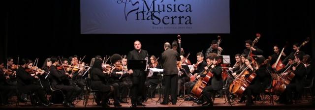 A orquestra Música na Serra, regida pelo maestro Jean Reis, iniciou o concerto de encerramento tendo a participação especial do trompetista Gabriel Nunes Angeli  Foto Zé Rabelo