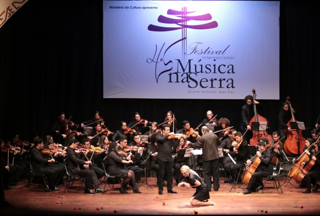 """Com a composição """"A noite do meu bem"""", acompanhada pelo solo do violino de Cármelo de los Santos, a orquestra e a performance da bailarina Nana Pereira, arrancaram aplausos emocionados do público  Foto Zé Rabelo"""