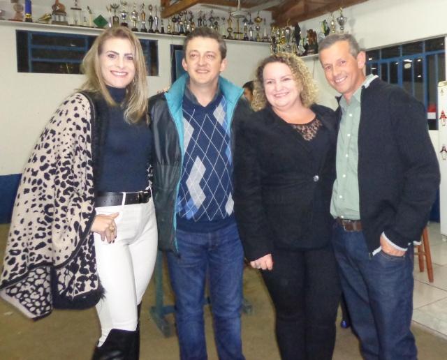 O empresário Fabio Oliveira com a esposa Michele e os amigos Vanderi e Diva Bastos em recente evento em São José do Cerrito