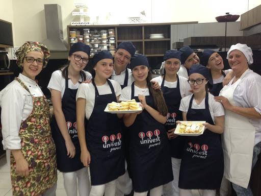 A Prof e Chef de Cozinha Daniela Binatti degustando deliciosas panquecas produzidas por seus alunos: Lívia, Juan, Bryan, Aline, Natália, Kauan, Camila, Isadora, Rafaela