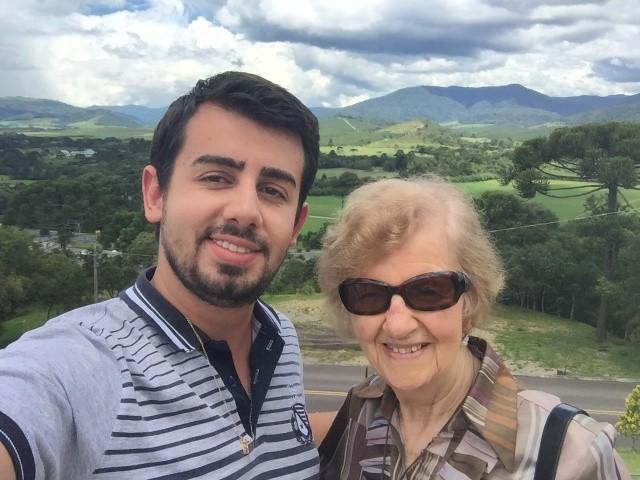 De férias O seminarista Filipe Oliveira curtiu suas férias nas terras catarinenses com amigos e familiares. Aqui, ao lado da avó Alice. Agora, o jovem retorna para Porto Alegre, onde dará continuidade aos seus estudos