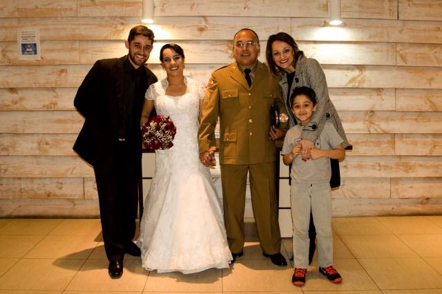 A felicidade dos recém-casados Silvana Candido da Silva e Roberto de Andrade com Karina, Juninho e Davi Saraiva
