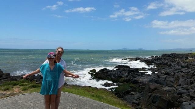 Cláudia Salvati curtindo as delícias do verão no litoral com a filha Mariana. E hoje é dia de festa, e de parabenizar Cláudia pelo seu aniversário!