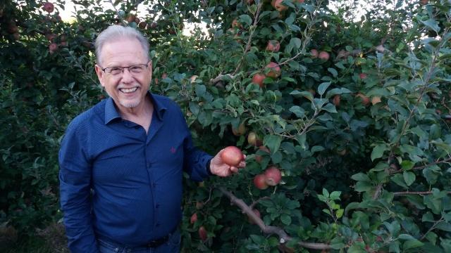 O empresário Roberto Amaral prestigiou a abertura da colheita da maçã, variedade Fuji, no Pomar da Agro Comercial Zandonadi, em São Joaquim.
