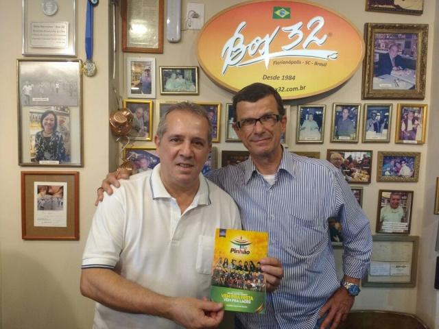 No Box 32 o bar mais democrático de Floripa Betinho Theiss com o amigo Beto Barreiros, divulgando a Festa Nacional do Pinhão