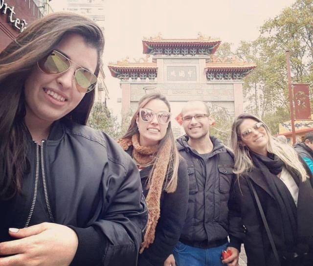 Um selfie, no Barrio Chino, dos amigos Bruna Sacoman Padilha, Bruna Córdova, Flávio Gilio e Amanda Ferreira da Silva. Lembrando que a lageana Bruninha Córdova, reside na Argentina onde cursa medicina.