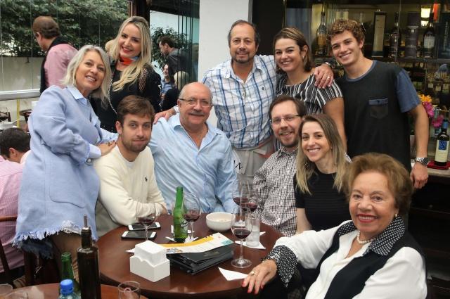 Lageanos fazem sucesso Emporium Jazz em Floripa Adriana Gonçalves Gamborgi da Silveira e Rogério Lebarbenchon da Silveira, proprietários do Hotel Fazenda Boqueirão, mais o filho Bernardo, estiveram sábado na Capital, onde Rogério foi um dos chefs do Emporium Jazz, tradicional almoço dos sábados que reúne vips no Emporium Bocaiúva. Ele dividiu o fogão com o advogado Antonio Ferraro Jr e os cirurgiões plásticos Zulmar Accioli e Jayme Bertelli, que serviram paçoca de pinhão da Serra e paella de frutos do mar. A renda com a venda dos pratos será revertida em mantimentos para o Asilo Irmão Joaquim. No click, Eleonora Borba, Débora Salvadori, Rogério, Adriana e Bernardo com Paulo e o pai Paulo Roberto de Borba, Márcio Vicari, Grace Costa e Zali Lebarbenchon da Silveira.  CRÉDITO: GIOVANI LORENZEN/DIVULGAÇÃO