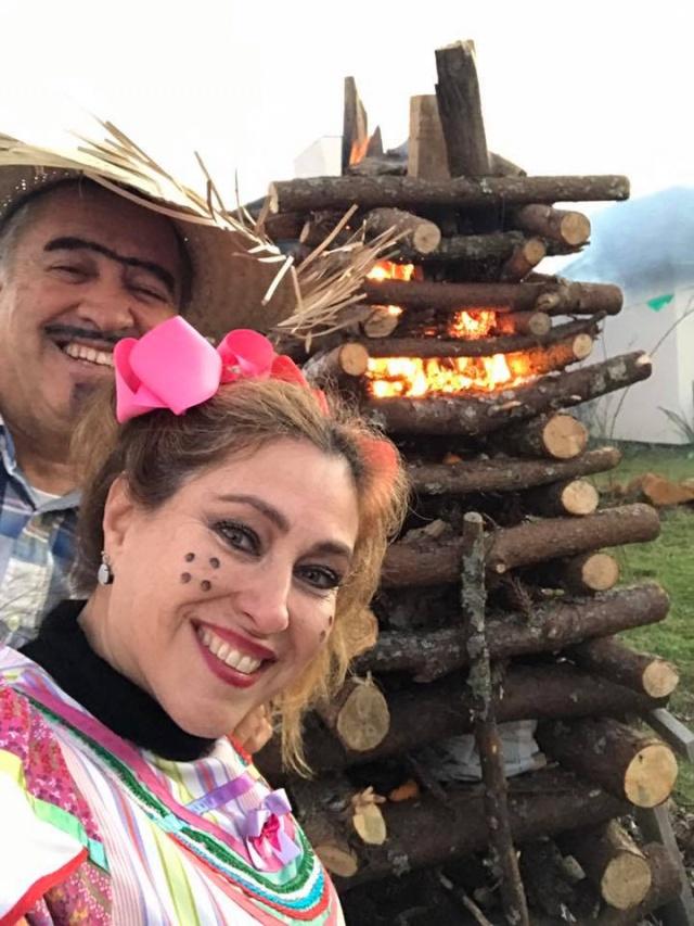 """Festa junina é uma alegria só! Ainda mais quando a gente olha pra carinha de alegria desses caipirinhas lindos!!! E hoje é dia de soprar velinhas com essa sorridente """"cumadi"""", a juíza Mônica do Rego Barros Grisólia Mendes, que nesse click junino, está com o maridão Francisco Mendes. Feliz aniversário!"""