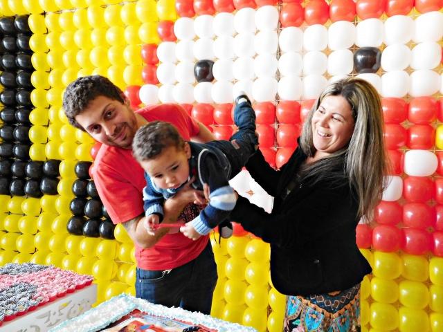 O pequeno Israel Valentin na maior alegria, com seus dindos Vera Almeida Zart e John Zart, durante sua festinha de dois aninhos Foto Jess Mattos
