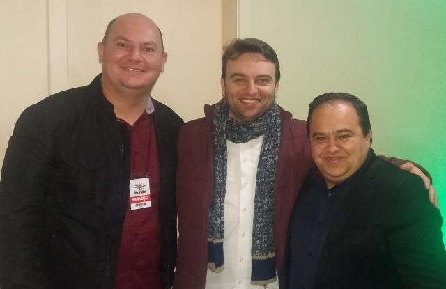 O diretor da Uniasselvi Lages Diogo Paes e o Coordenador Comercial do Universidade Paulo Paes com Mateus Bornhausen, no espaço do Correio Lageano durante a Festa do Pinhão