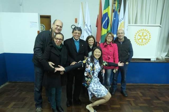 """Pei-Hsun-Chen está voltando pra casa Vinda de Taiwan, Pei-Hsun-Chen, após um ano de intercâmbio cultural através do Rotary, retorna hoje ao país de origem. """"Nós, do Clube Lages Norte desejamos um ótimo retorno e com certeza levará boas lembranças de nosso país. Agradecemos também as parcerias com os colégios Objetivo, Santa Rosa de Lima, Yesbras e ao Kumon"""", diz Rita Lopes."""