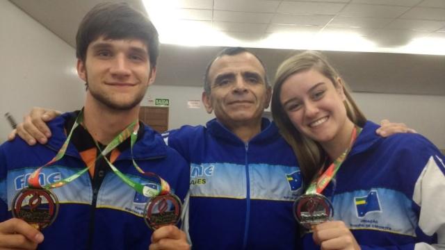 Marco Cordeiro feliz com as três medalhas trazidas para Lages, na final dos Joguinhos Abertos de SC em Caçador. Mariana Wolff prata e Leonardo Masson bronze e prata. Parabéns enxadristas!!