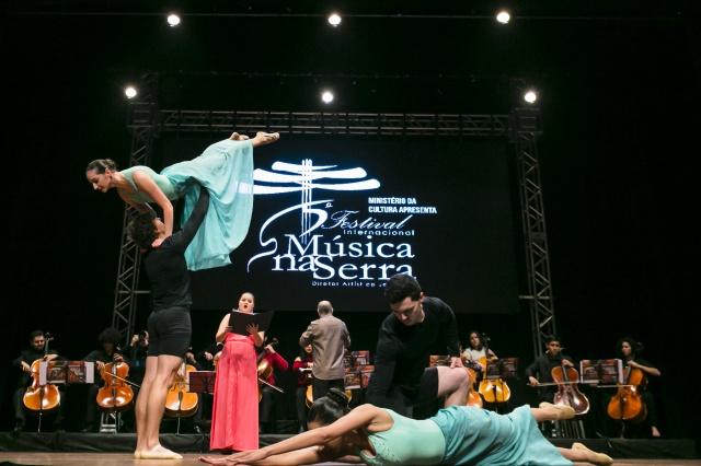 Os bailarinos da academia de dança Movere, flutuaram pelo palco do Marajoara, ao som da voz incrível de Jéssica Leão. Uma coreografia que parecia caída do céu. Era a dança a serviço da música. Uma união perfeita e inesquecível. Foto Memorizze/André Arcênio