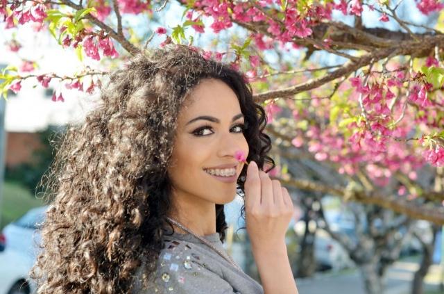 A modelo e atriz Bruna Valim entre as belas cerejeiras do Tanque! Foto Sandra Rosa