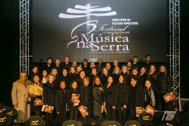 O Coral Adulto do Música na Serra, arrancou aplausos eufóricos que ecoaram pelo Teatro Marajoara Foto Memorizze/ André Arcênio