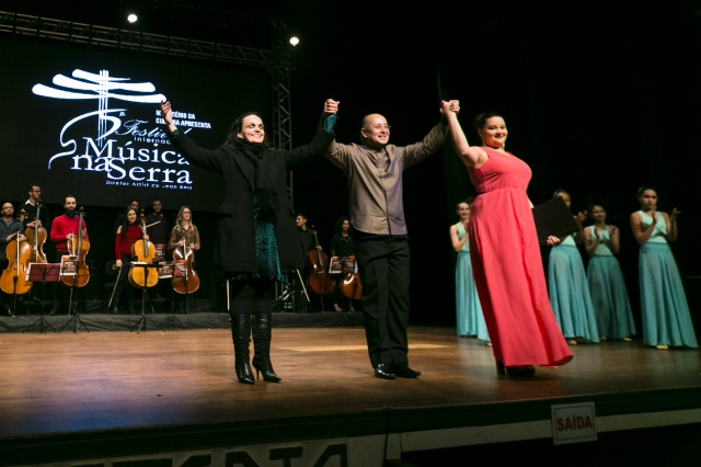 A alegria da bailarina e professora de dança Mayra Ceron Pereira com o maestro Jean Reis e a soprano Jéssica Leão, após a brilhante apresentação do Balet da Movere acompanhado pela orquestra do Música na Serra Foto Memorizze/ André Arcênio