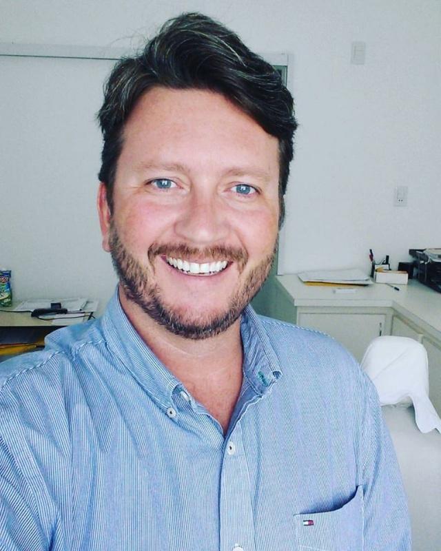 O feliz aniversário de hoje vai pra ele: o dentista Waldir Berger. Parabéns!