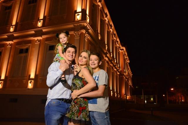 Família linda: Fernando Broering Pagliosa e Karina Marcom B. Pagliosa com os filhos Matheus e Manuela Foto Nando Velho