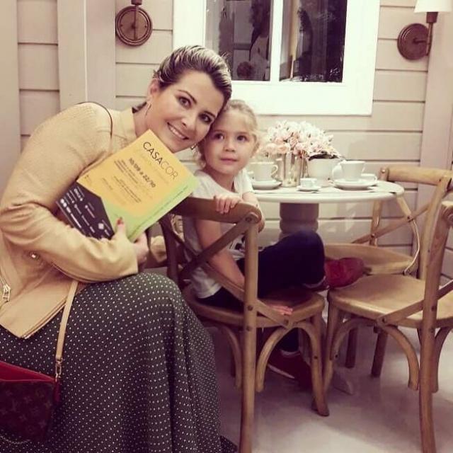 Uma foto linda de Melissa Amaral, visitando a casa de bonecas da Casa Cor SC, muito bem acompanhada pela bonequinha Beatriz