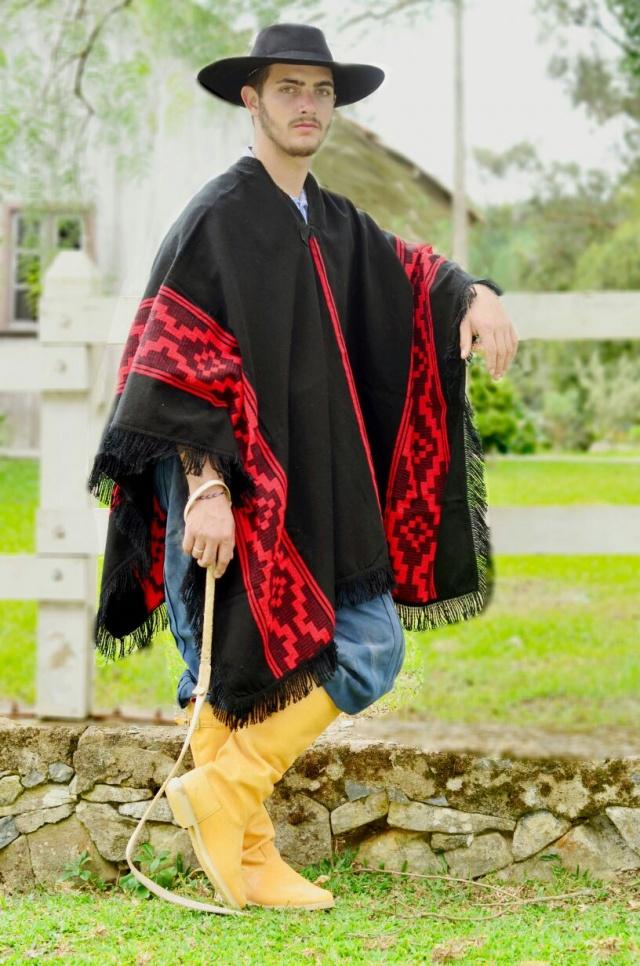 O modelo Victor Vinicius em um ensaio bem no estilo Semana Farroupilha Foto Sandra Rosa