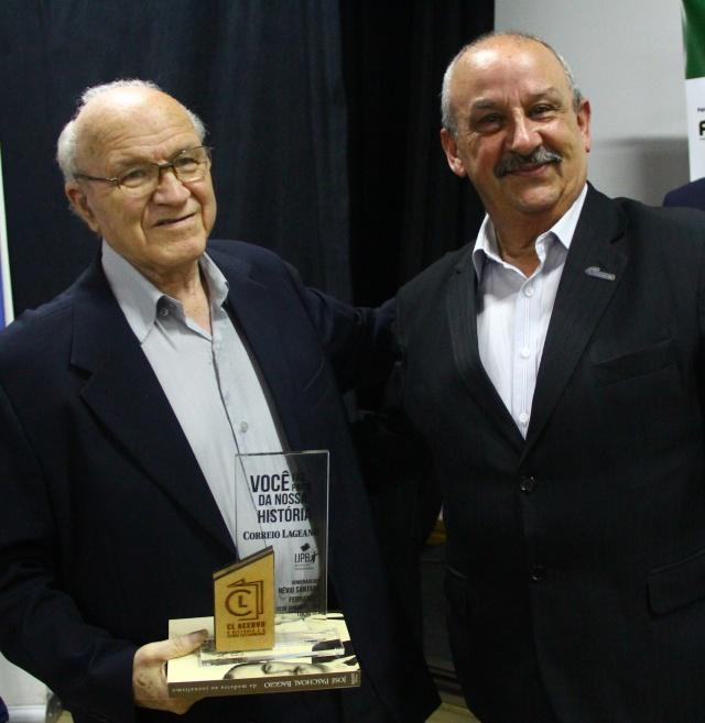 Homenagem mais que merecida a Névio Fernandes, que é jornalista do Correio Lageano desde o ano de 1956. A honraria foi entregue pelo vice-presidente da Fecomércio Célio Spagnoli, durante evento de lançamento do Acervo CL Foto Suzani Rovaris