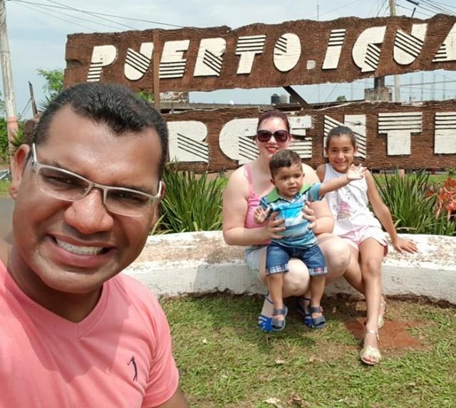 Dia de parabenizar o Diretor Executivo da CDL, Jhonathan Roberto. Na foto o aniversariante com a esposa Iara Amaral e os filhos em recente viagem para Argentina.